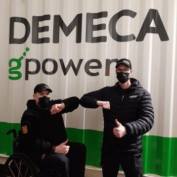 Paraurheilija Jarkko Mylly ja Demecan myyntijohtaja Sami Vinkki ovat tyytyväisiä juuri solmittuun yhteistyösopimukseen, joka tukee Myllyn matkaa kohti Tokion paralympialaisia.